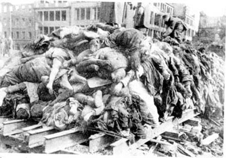 La Marina de Guerra bombardeó con aviones la Plaza de Mayo al mediodía y causó más de 400 muertos civiles. para derrocar a Perón en 1955. Hubo al menos dos intentos violentos contra el pueblo. Después vino la ESMA en 1976.