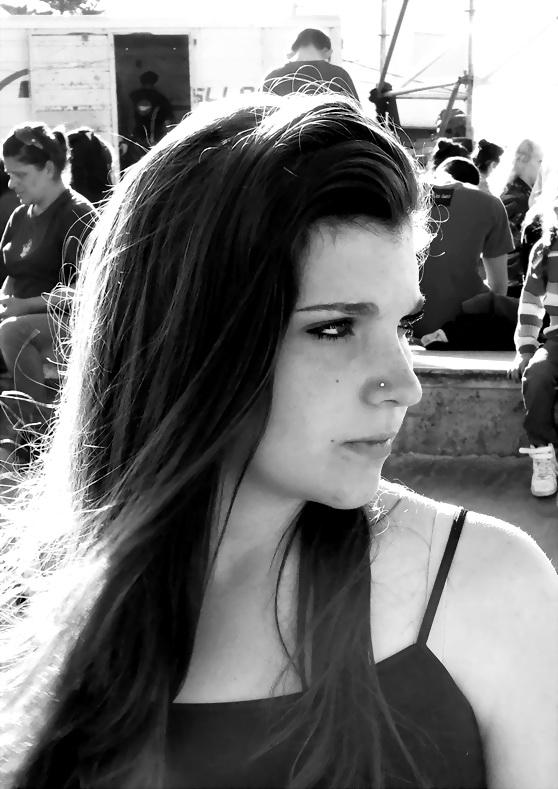 """Foto por Amilcar Moretti. """"Ah, pero salí bien..."""", me dijo esta muchacha desconocida al querer ver la imagen que le tomé ayer, en las Segundas Semifinales del Cerman ¡Vamos las Bandas!, en este caso de Cumbia, que se hicieron ayer sábado 11 de octubre del 2014. Sus palabras me sonaron como si dijese: """"Ah, pero soy linda...!"""" Y los mismo repitieron sus compañeras de sí mismas, y otras muchas chicas por no responder al modelo de belleza publicitario. En el Certamen de Cumbia se presentaron en Barrio Jardín ocho bandas, entre ellas LAS MALIBÚ, duo TransGenero Musical de La Plata."""