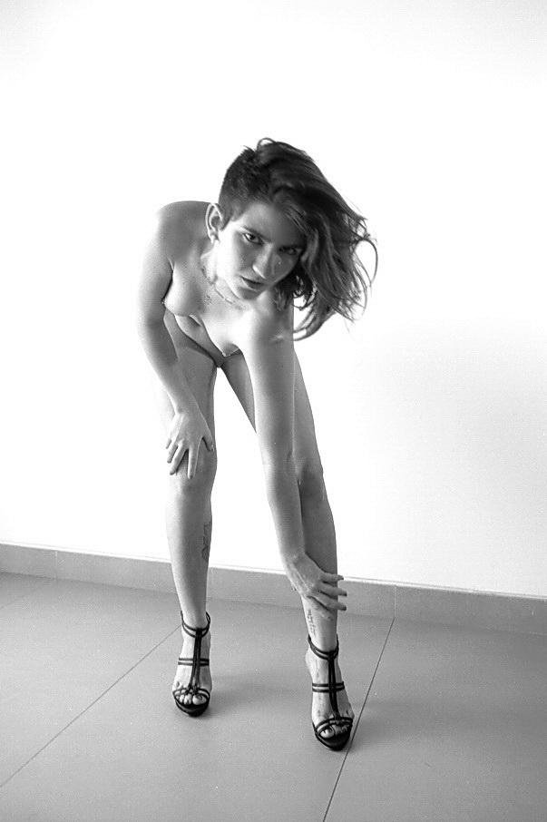 AMILCAR MORETTI. Ella, Chandra. Que no existe, o que no es. Modela y es directora de artes escénicas, de Venezuela. Pero yo creo, insisto, en que es un fantasma. La única prueba que tengo de ella son imágenes, es decir, fantasmas. Octubre del 2014. Buenos Aires.