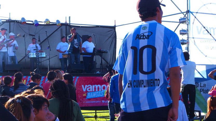 El escenario, con uno de los grupos, en Barrio Jardín, al sur de La Plata. Gran Certamen de Bandas de Cumbia (y por separado, de Rock). 11 de octubre 2014.
