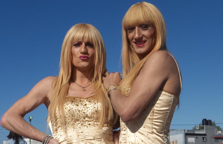 """""""LAS MALIBÚ BAND"""", dúo   TransGresor, que compite en las semifinales del centamen de cumbia que ha oranizado la municipalidad de La Plata. Ayer sábado 11 la fiesta fue en la la gran pista de eskeit que hay en Barrio jardín, al sur de la ciudad. Una fiesta popular familiar con montones de chicas lindas que no creen que posean la belleza necesaria como para ser fotografiadas justamente por eso, su belleza. Foto de AMILCAR MORETTI, sábado 11 de octubre del 2014."""