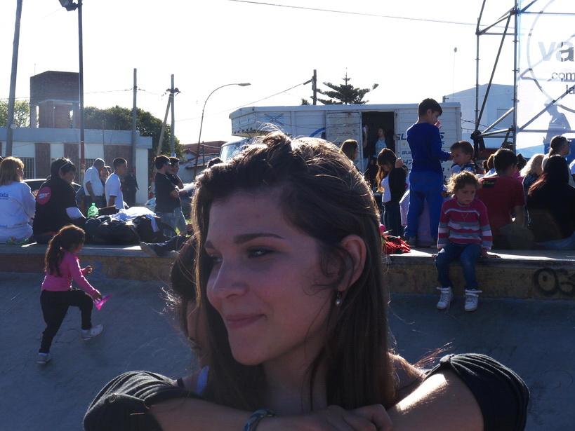 Chica relinda. Ella no sabía que lo era. ¡Por qué? ¿Quién le hizo creer tal cosa? Amilcar Moretti. La Plata, Argentina.
