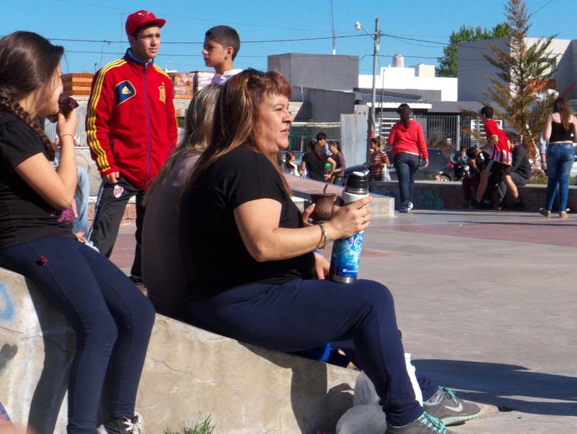 Mate en la tarde. Y a la derecha, la chica adolescente linda, alta y con una línea de pancita hermosa. Amilcar Moretti. Cumbia, 11 de octubre 2014. La Plata. Argentina.