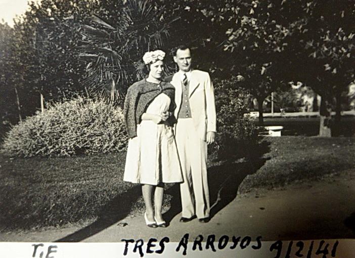 Mercedes y Angel, en Tres Arroyos, de vacaciones. 1941.