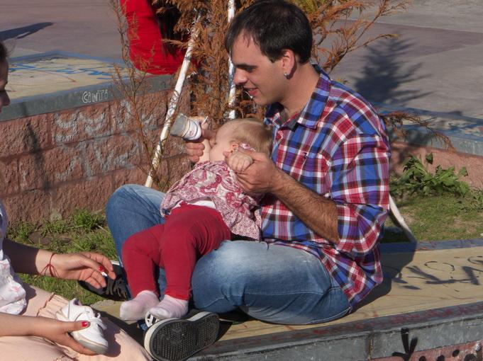 2. Bebé. Ahora es del padre. Con cumbia y el niño pipón de teta. Tiene suerte. Amilcar Moretti, Argentina, La Plata, octubre 2014.