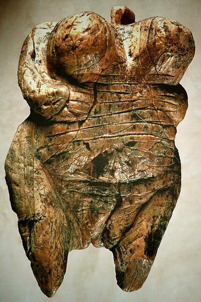 Venus paleolítica con nítida configuración de la vulva. Data de 35.000 años a. de C. Fue encontrada en el 2008 en la gruta de Hohle Fels, Alemania.