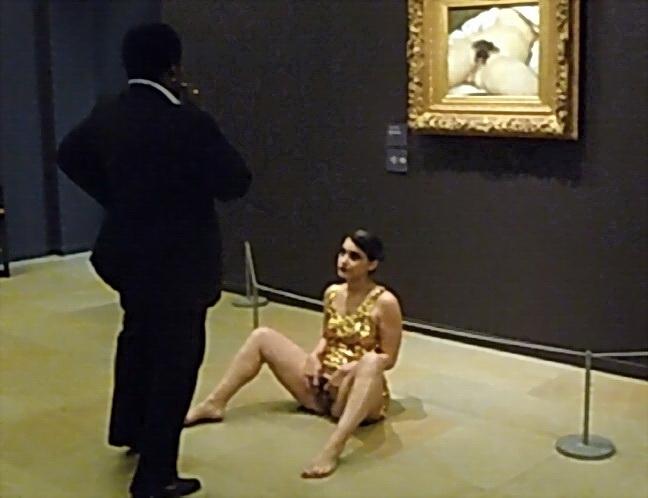 El origen del mundo. GUSTAVE COURBET. Una visitante hace una expresión de protesta contra la censura y muestra su propia vulva delante de la célebre pintura. De arteypensamientocontemporaneo.wordpress.com