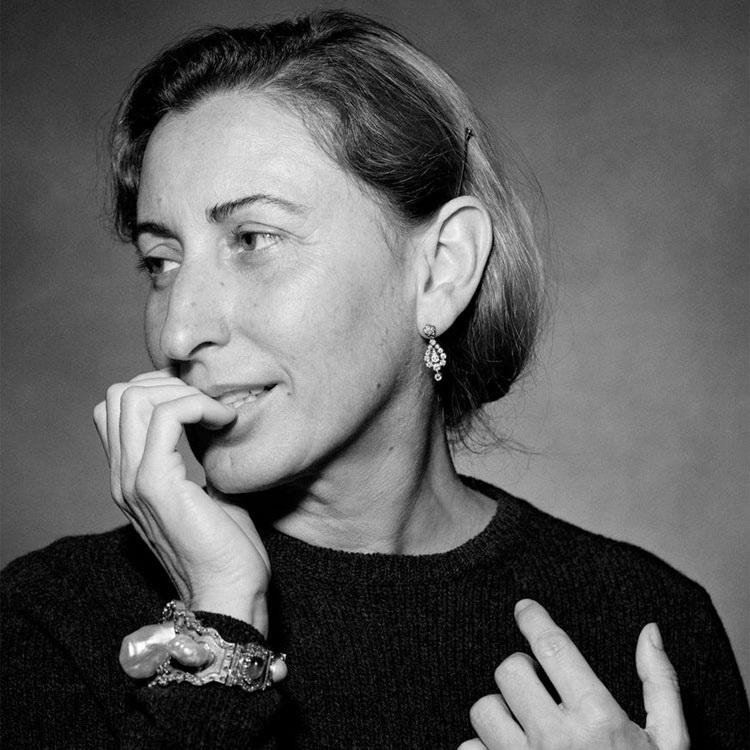 MIUCCIA PRADA, hoy de 64 años, diseñadora y cerebro, además de heredera principal, del imperio PRADA en la moda omterncional.