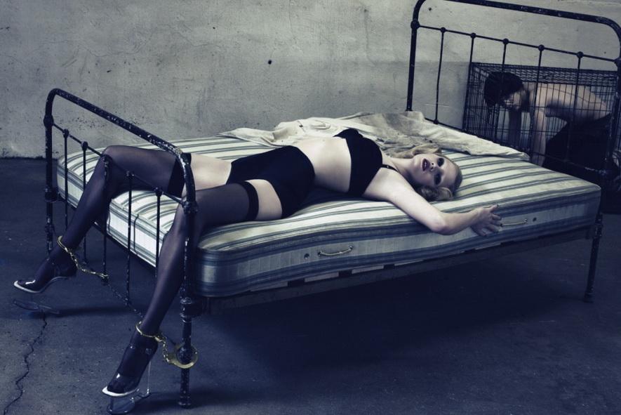LARA STONE, tercera o cuarta en el ránking mundial de supermodelos, fotografiada por STEVEN KLEIN