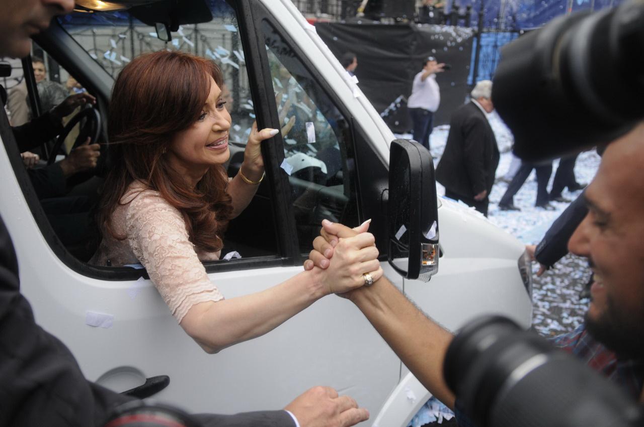 Cristina Kirchner, presidente de la Argentina, saluda al pueblo -400 mil personas- que se agrupa en la plaza de Los Congresos el domingo 1 de marzo del 2015, tras inaugurar las sesiones del Congreso nacional. Foto de Néstor García en diario Clarín)