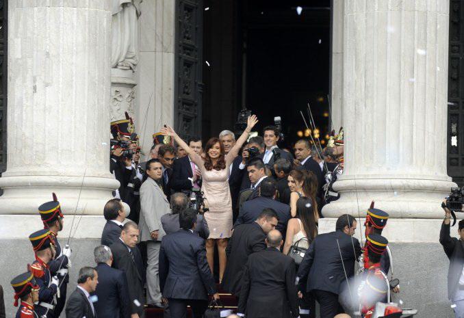 Cristina Kirchner saluda a los ciudadanos desde las puertas del Congreso.