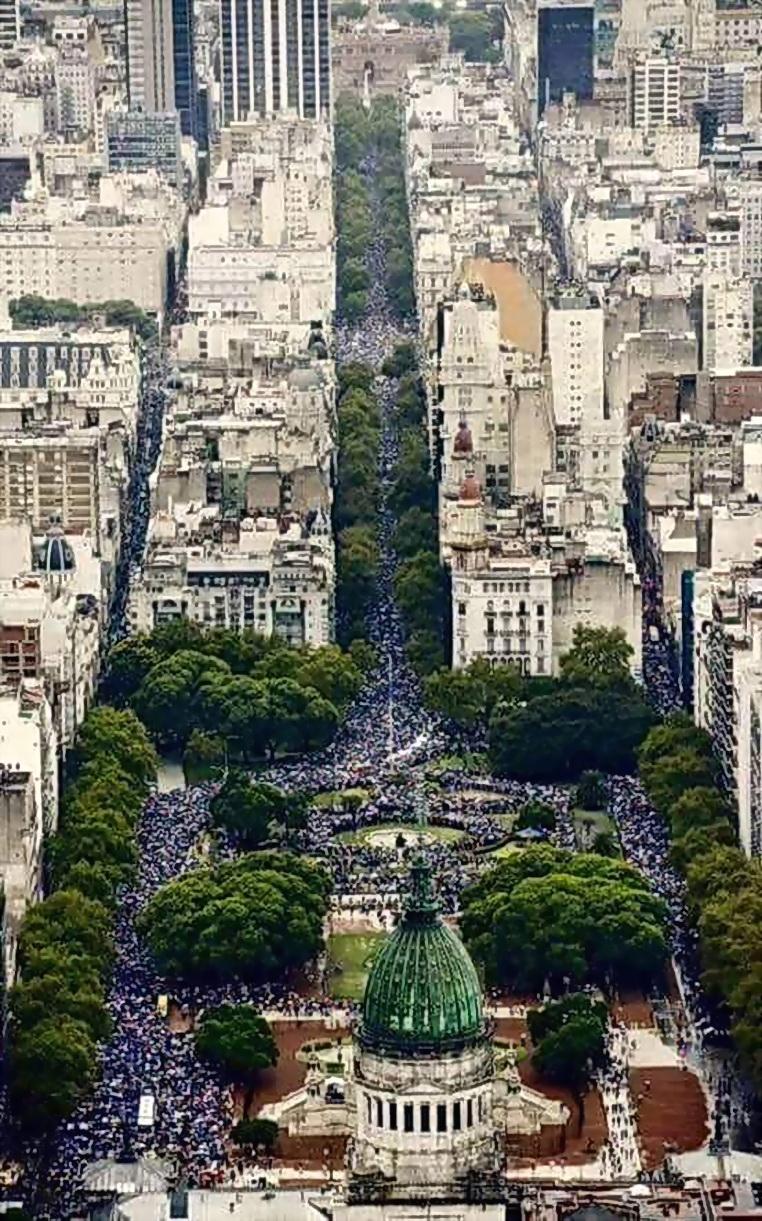 (Agencia TELAM, de noticias argentinas. Vista a´rerea del Congreso y el pueblo y ciudadanía en la Plaza el domingo 1 de marzo 2015, para escuchar y saludar a Cristina Fernández de Kirchner)