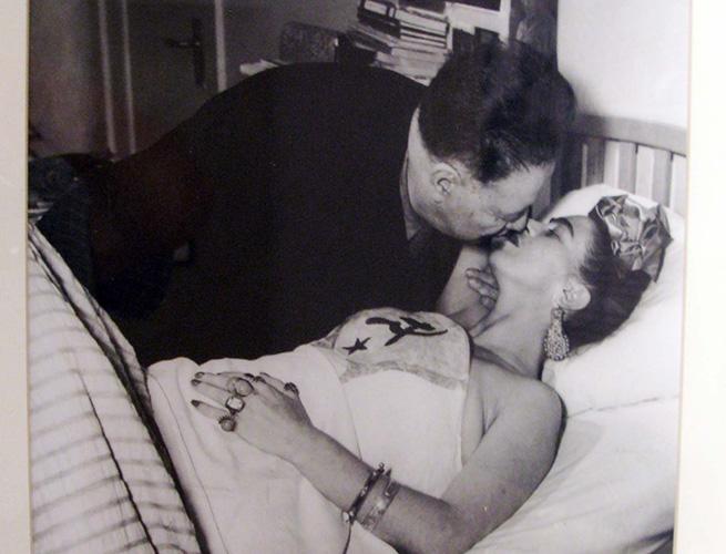 Diego Rivera besa a Frida en su lecho de enferma.