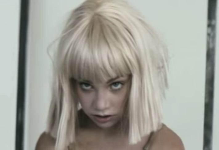 La niña Maddie Ziegler, que baila y hace acrobacia en los videos de la Sia.
