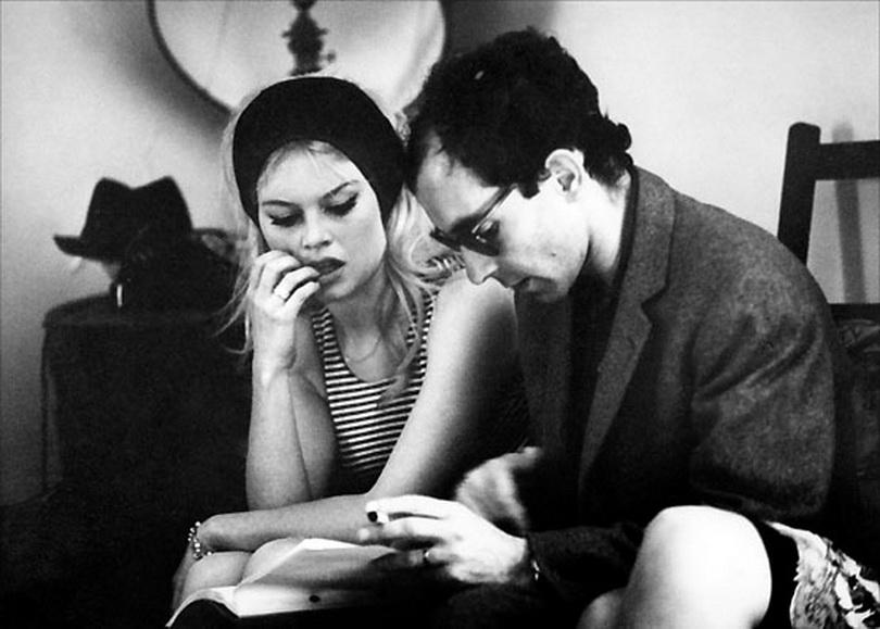 """Jean Luc Godard, maestro de la Nouvelle Vague cine, junto a Francois Truffaut (más arriba con paraguas). Godard y Brigitte Bardot durante la filmación de """"El desprecio"""" con Jack Palance."""