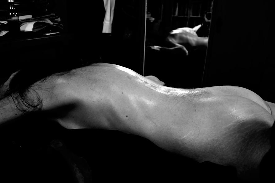 Bodegón de desnudo y espejo cuando dormita mujer en la mañana del 1 de Mayo del 2015. Argentina. Foto por AMILCAR MORETTI