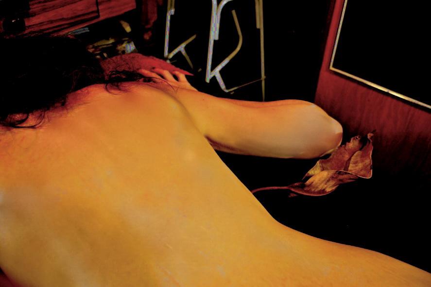 Espalda de mujer que dormita en amanecer del 1 de Mayo. 2015. Foto por AMILCAR MORETTI