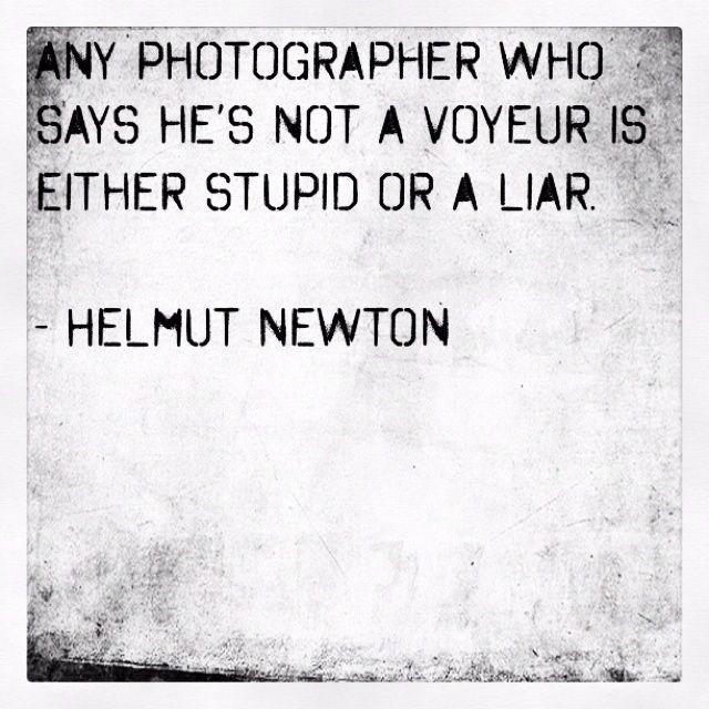 """""""CUALQUIER FOTÓGRAFO QUE DICE QUE NO ES VOYEUR, ES YA UN ESTÚPIDO O UN MENTIROSO"""". Helmut Newton (1920-2004)"""