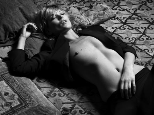 Kate Moss también duerme para posar en sesiones. Solo que ella es más conocida y su fotógrafo pertenece a revistas fashion europeas. (No recuerdo ahora al autyor de la foto. Es conocido en el ambiente de la moda. Quien lo reconozca, por favor comunicármelo).