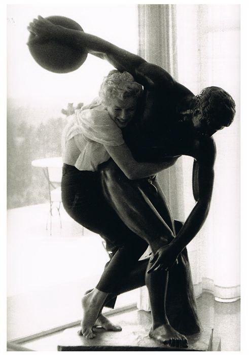 Marilyn Monroe abraza a el Discóbolo de Thrower, una restauración hecha sobre la figura de la Grecia Clásica muy repetida después en época de los romanos.