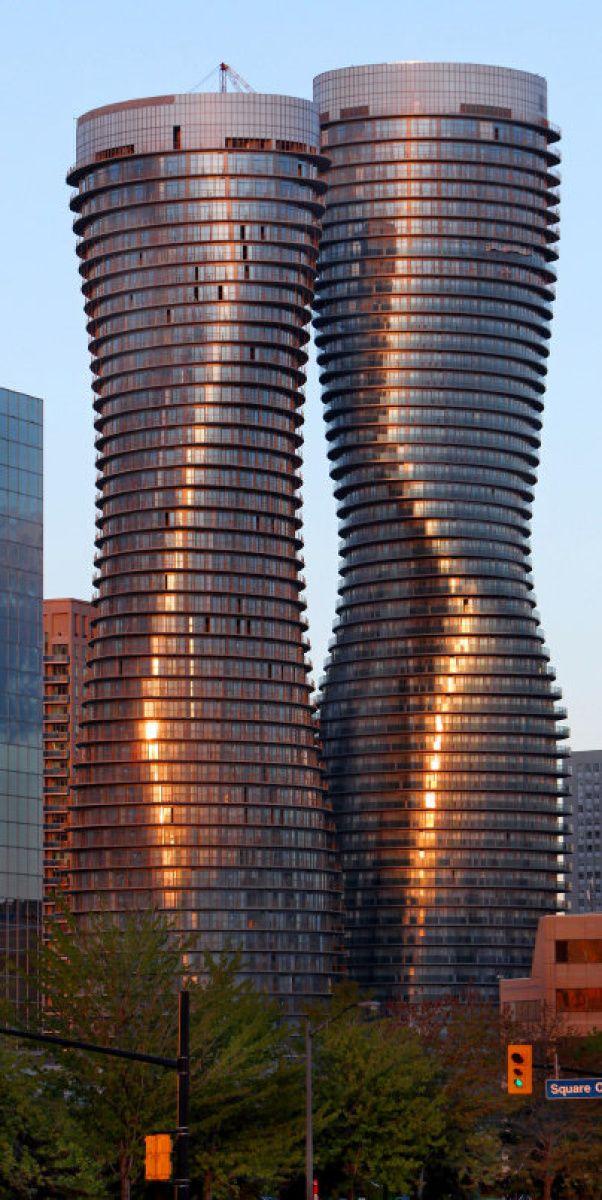 Dos altas torres edilicias con reminiscencias de una forma femenina que representa el vacío humano por llenar, sin que nunca se logre.  Absolute penthouse absolutely pricey  The Toronto Star. (De Pinterest)