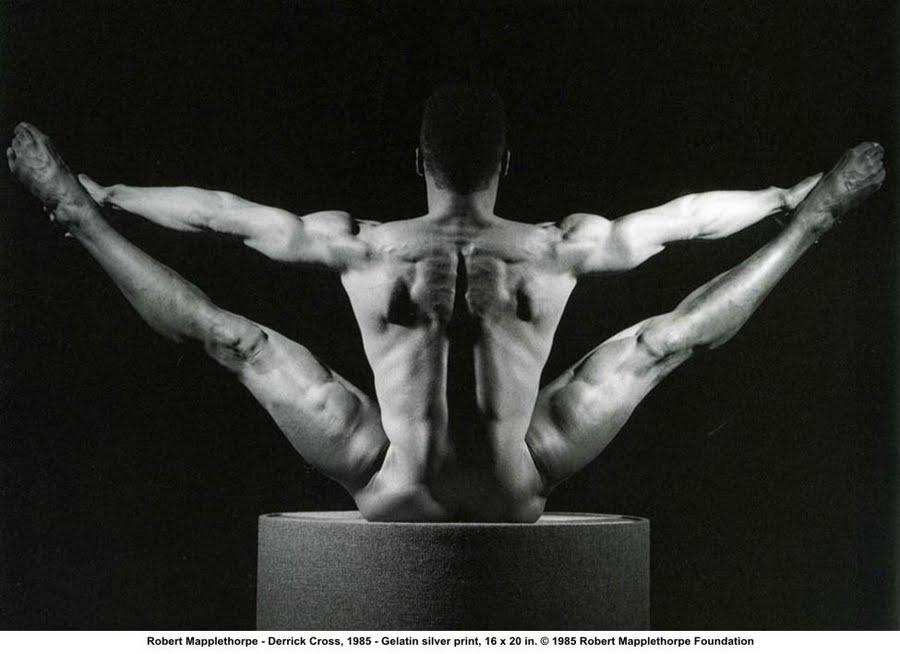 Robert Mapplethorpe, más escultórico-acrobático que transgresor-innovador.