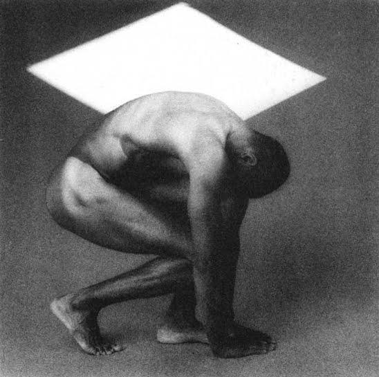 """Una de las fotografías escultóricas de Mappletorpe, un género que durante mucho tiempo sirvió como excusa para que el desnudo buena aceptado en la sociedad burguesa o""""sociedad bien"""". Recuerda a El Discóbolo o a una estatua de atleta griego."""