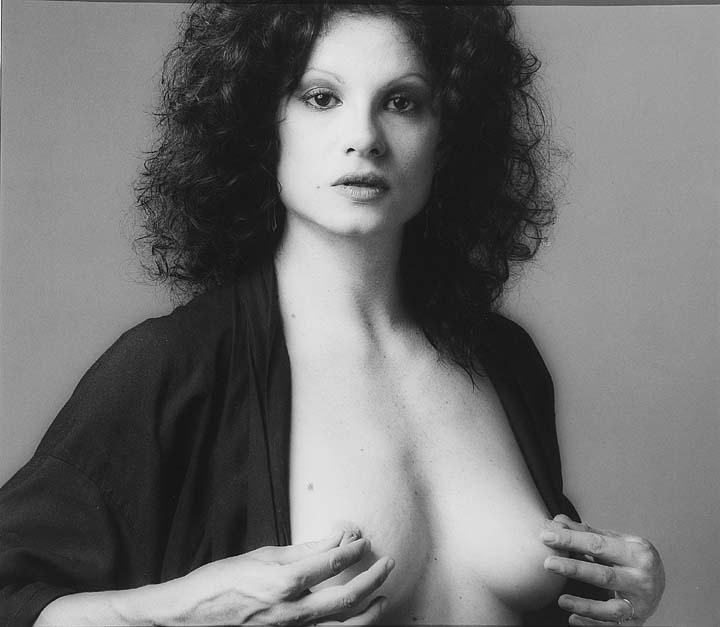 Lysa Lyon, una físico culturista de su tiempo, en los 60. Mapplethorpe fue el primero que optó por fotografiar a una físiculturista desnuda, yella quizás la primera que se hizo imagen público mediante el desnudo. El libro dedicado a ella es un clásico.