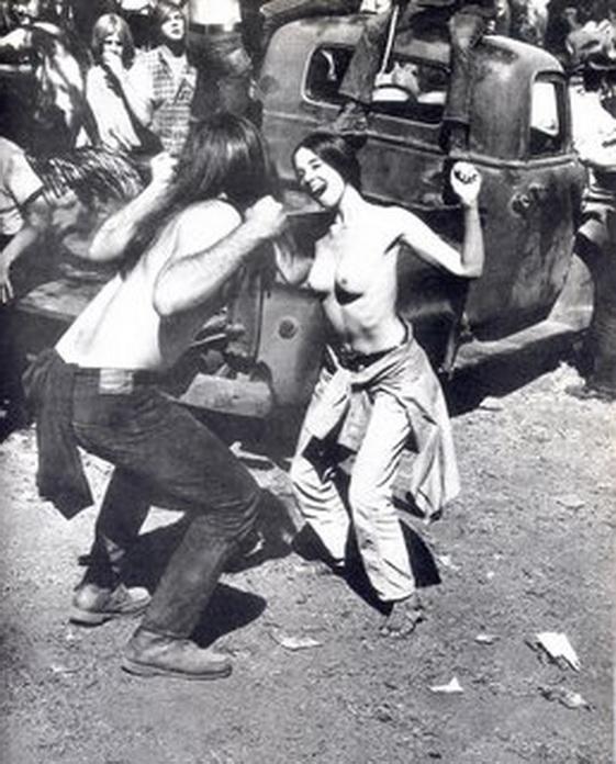 Chica son pechos libres en 1968, en la localidad californiana de Amador, durante una fiesta hippie.