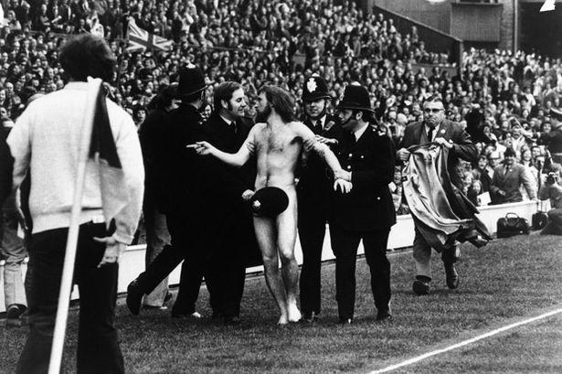 """Protesta """"streaker"""" en 1974 detenido por policías ingleses en estadio deportivo. Se hizo legendario: Aussie Michael O´Brien"""