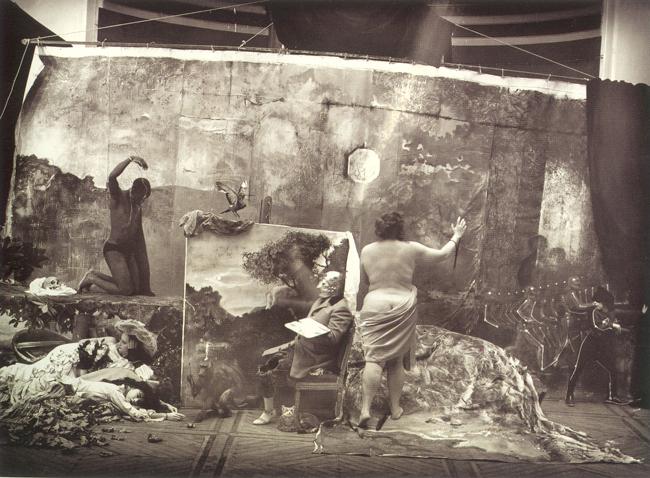 Una recreación del neoyorquino Joel Peter Witkin de la famosa pintura del realista Courbet. Witkin (1939) trabaja con una temática freak, la que lleva a ciertos extremos en los que conviven, no sin razón la muerte y la sexualidad. Trabaja con lo feo y lo convierte en peculiarmente bello. De algún modo tiene contacto con las imágenes del gran checo Jan Saudek, que pareciera tener más predilección por el color.