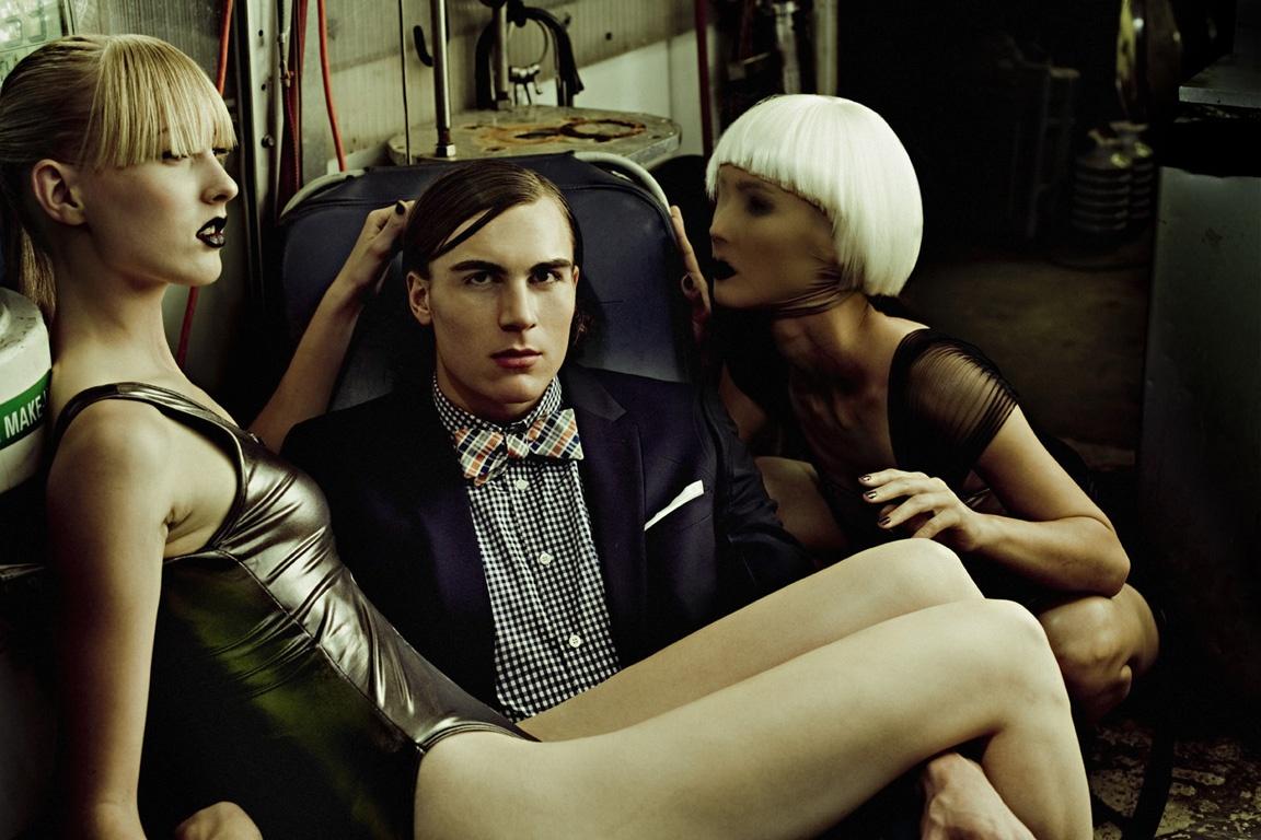 Billy Kidd, fotógrafo de modas, en el 2009. Un modelo real luce absorto con dos mujeres-maniquíes en su sillón.