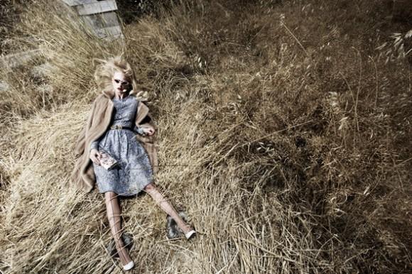 KristianSchuller registra a una modelo mujer en un pajar que es lo más semejante a un muñeco. En la publicación polaca www.vraseryzi.com