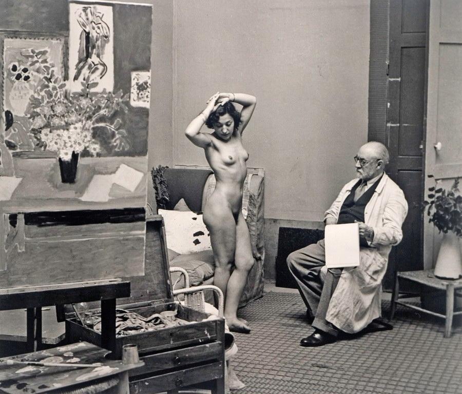El maestro francés Brassai, de los mejores en la historia de la fotografía, registra al gran pintor Henri Matisse y su modelo.