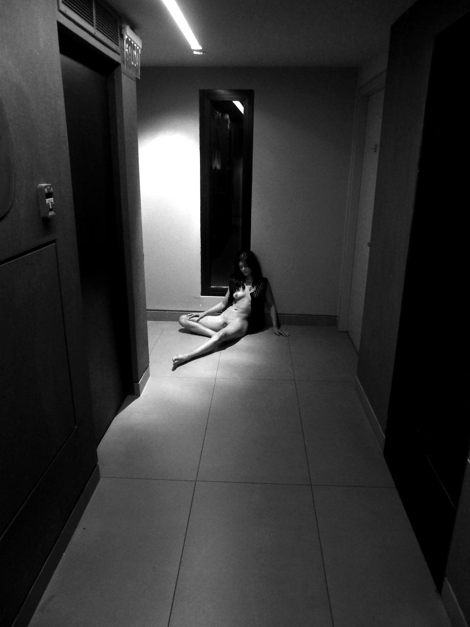 AMILCAR MORETTI. Modelo: Rawina Prieto. Viernes 18 de setiembre del 2015. Pasillos del quinti piso del Hotel Babel Suites de San Telmo, de Buenos Aires. Argentina.
