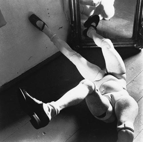 """HANS BELLMER ( Katowice, 1902 - París, 23 de febrero de 1975) fue un autor y fotógrafo surrealista de origen polaco que desarrolló su trabajo en Berlín y fue perseguido por los nazis. Hacía sus muñecas articuladas con papel y pegamento y luego las fotografiaba. Los nazis lo incluyeron en el """"arte degenerado"""" que luego los jerarcas robaban y coleccionaban como tesoros."""
