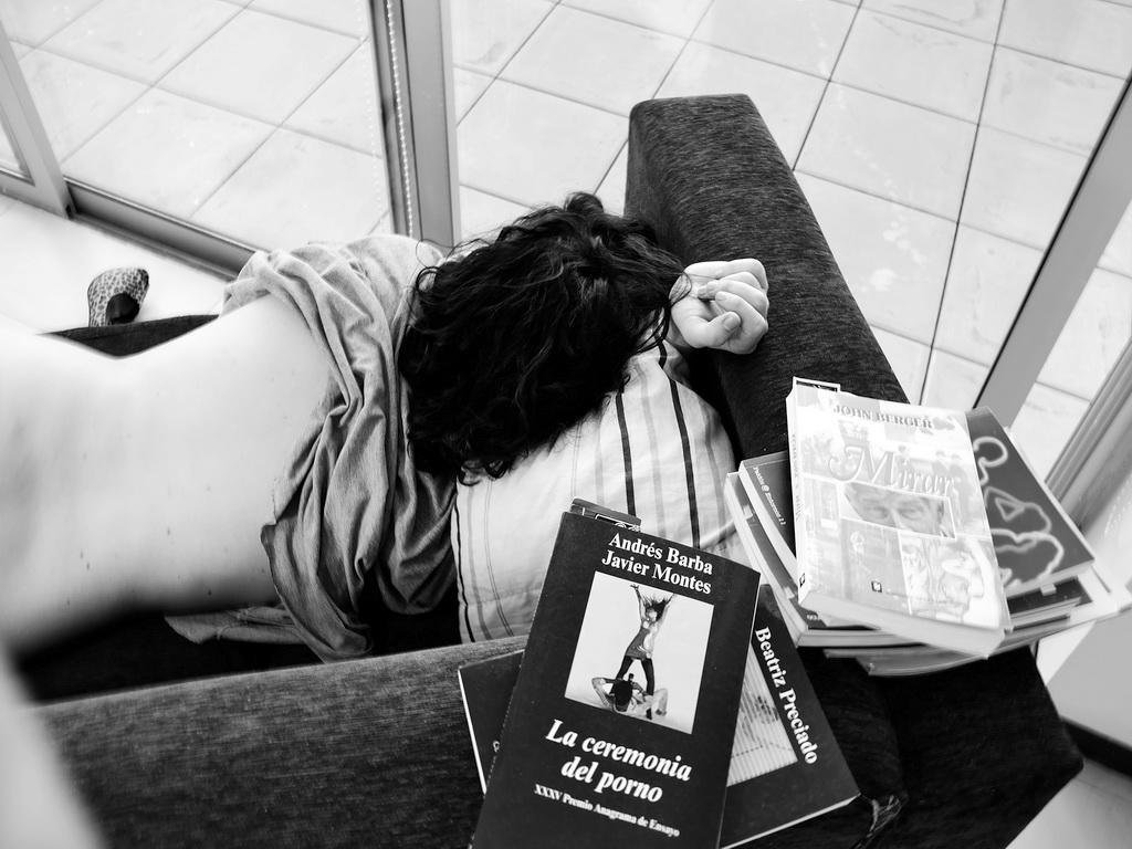 """AMILCAR MORETTI. 30 de octubre 2015. Tatín con los libros de John Berger, el eximio novelista británico, con su ensayo sobre el """"MIRAR"""" y el ensayo sobre el erotismo y la pornografía, editado por ANAGRAMA, que es quizás el texto más valioso y novedoso sobre lo porno como género de expresión y/o espectáculo."""