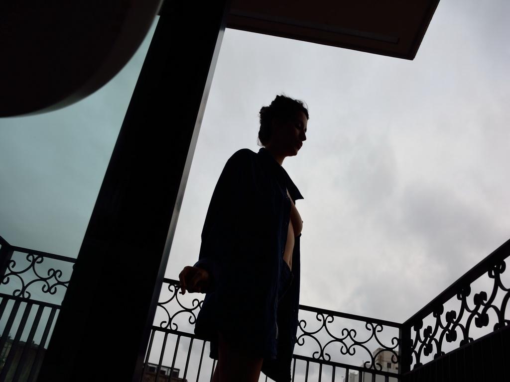 AMILCAR MORETTI. Grisella en San Telmo, un balcón del quinto piso en suite. Anochece, se va el día. Se irá ella. Viernes 6 de noviembre 2015. Buenos Aires. Argentina.