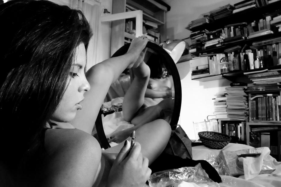 AMILCAR MORETTI descubre a Karina Méndez. Una jovencita como Miley Cyrus o Cara Delevingne, solo que ella no saca la lengua, que, como se sabe, es símblo originario de la muerte ya masificado hace décadas por por Rollongs y por Genne Simmons de la banda Kiss. Fotos registradas auer jueves 17 de diciembre 2015, en mi hogar, La Plata.