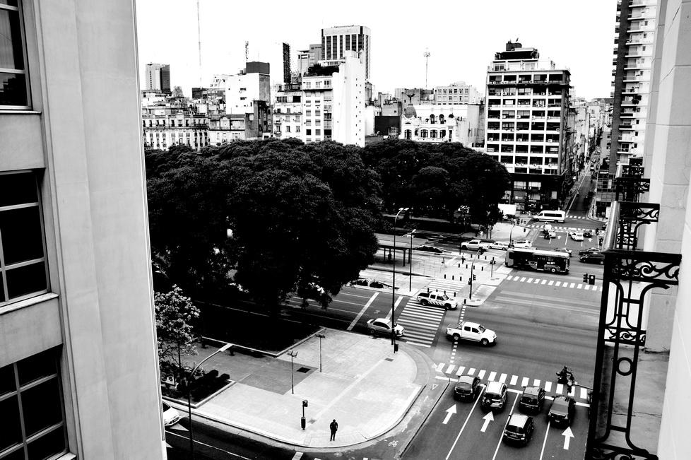 AMILCAR MORETTI. Avenida 9 de Julio y Alsina desde suites HTL 9 de Julio, Buenos Aires.