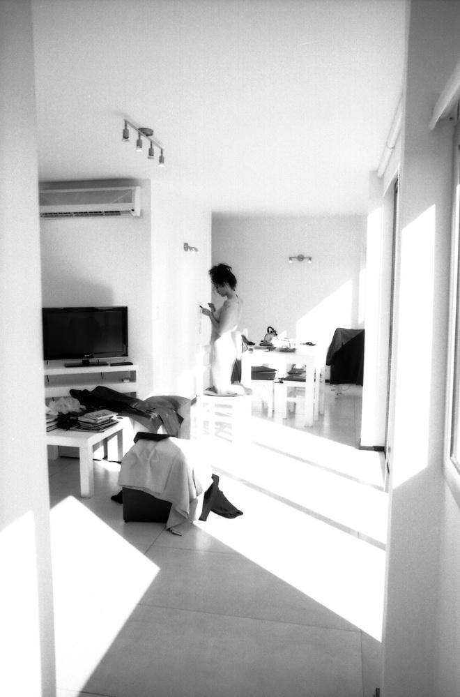 AMILCAR MORETTI con grisella a la distancia, mientras sigue con ese maldito artefacto. Escribem dibuja, diseña, busca música, me explica de nuevos grupos, sabe que me encanta la música bossa y los post bossa o los tipos que hacen cosas nuevas entre los brasucas para salirse de lo que escucha la gilada, allá y acá, con la cabeza yanquizada. 2016. La Plata. Argentina.