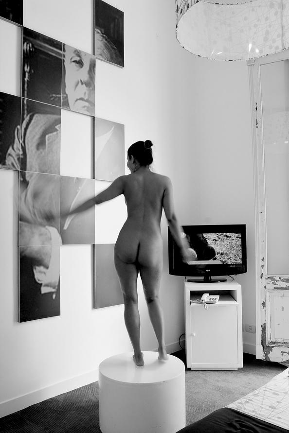 DORCA MÁRMOL, una escultura móvil. La movilidad de lo escultórico. Lo cvinético. CINÉTICO. DORCA MÁRMOL ES FOTOGRAFÍA Y EN VIDA ES UN FLUIR SANGUÍNEO QUE NO NECESITA DE IMÁGENES, PERO QUE EN ESA CONDICIÓN SE ADELANTA Y DERIVA DE LA TENDENCIA CINÉTICA QUE EN EL ARTE TUVO ALGUNA VEZ UNA DESTCADA UBICACIÓN EN ARGENTINA. Foto por Amílcar Moreti. Abril 2016, ed. En CABA.