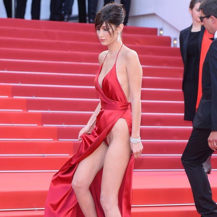 BELLA HADID, en rojo, en el Festival de Cine de Cannes.