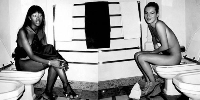 Imagen de MARIO TESTINO. Kate Moss y Naomí Campbell en el baño de la mansión Versace.