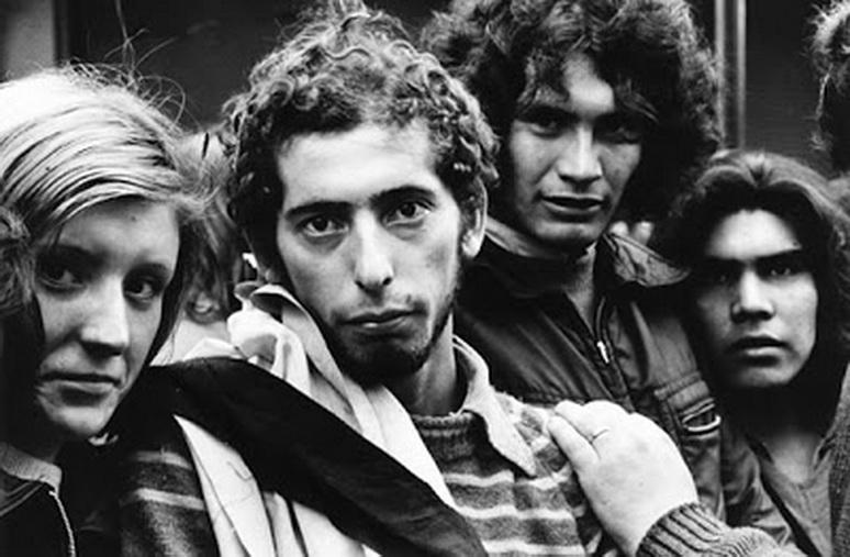 IMagen de sara facio,. jÓVENES DURANTE LOS FUNERALES DEL pRESIDENTE gENERAL jUAN dOMINGO pERÓN, 1974.