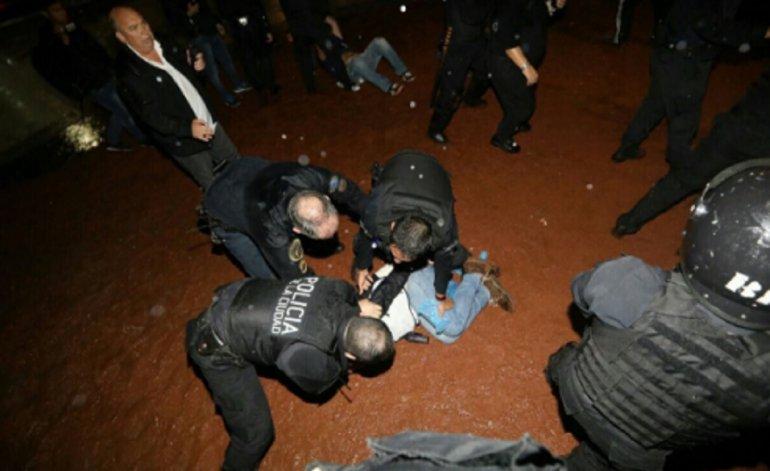 Reprimen a docentes ayer domingo frente al Congreso de la Nación. Acampaban de modo pacífico. Foto de www.eldestape.com