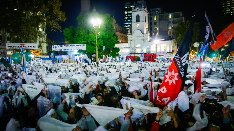 Marcha contra el 2x1 en una Plaza de Mayo que es ejemplo para el mundo desde Argentina. Foto de Marcelo Manera, del diario La Nación.
